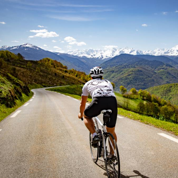 Descent of the Aspin Pass by cyclists